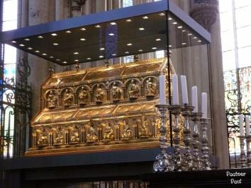 В роскошном золотом саркофаге Кельнского собора хранятся мощи трех вохвов. Кёльн, Германия